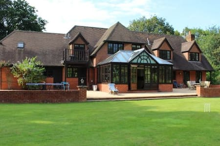 6 Bed, 5 acres, Private driveway, Gated, Secluded - Surrey - Haus
