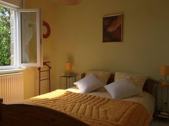 Nuances de jaune pour cette chambre double avec vue sur le parc et la verdure. Calme absolue avec chant d'oiseaux