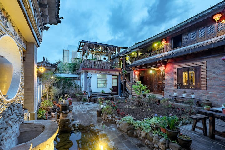 古城边闲庭小院古典木屋榻榻米景观房