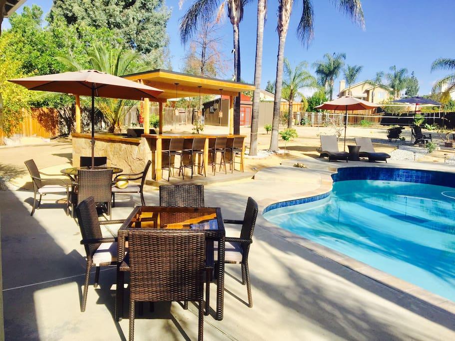 Pool bar/BBQ area