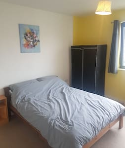 Dble room very near train st - no cleaning fee