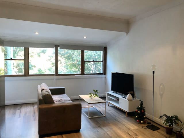 Large room in a 3 bedroom house in Sydney
