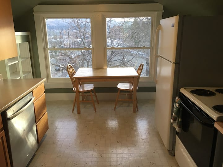 Entire 2nd floor Apt w/ great Wenatchee area view