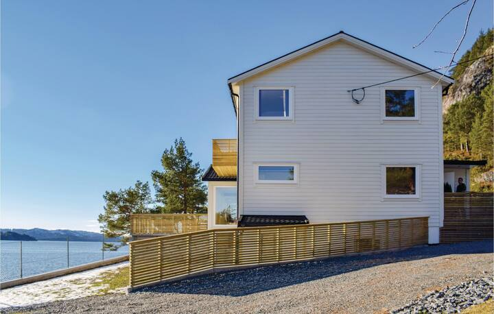 Stunning home in Florø with WiFi and 9 Bedrooms