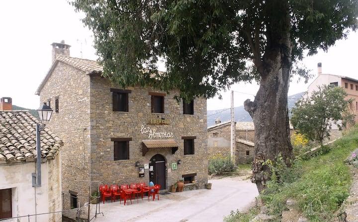 Habitación doble con baño privado en el Albergue