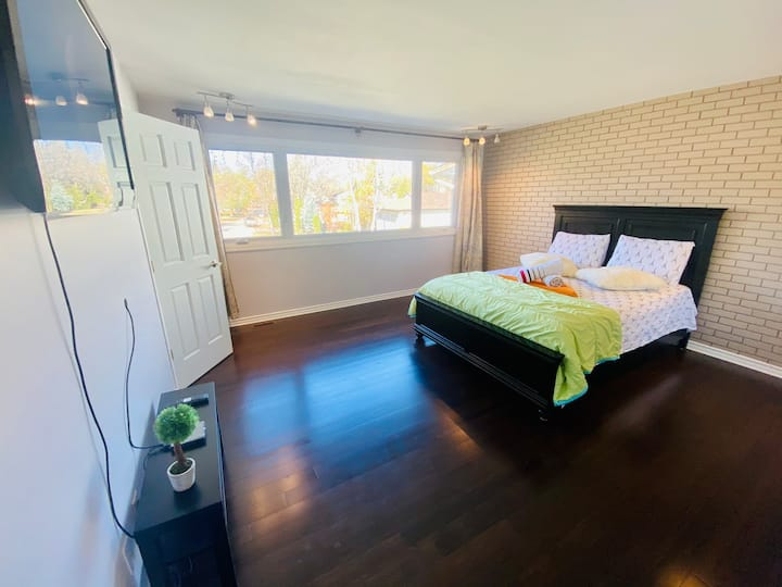 🦩Awesome King Room with TV & 2 PC private bathroom