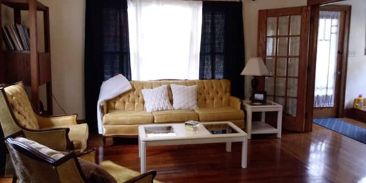 Walking distance to downtown and Cultural Center.