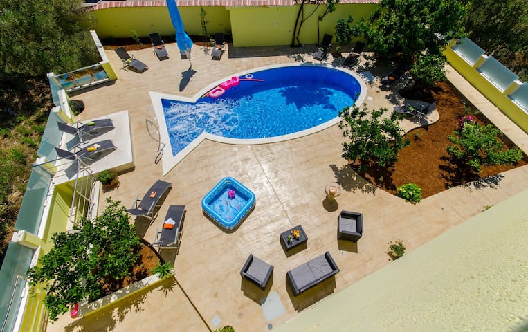 Apartment Petra 1 with pool - Okrug Gornji - House