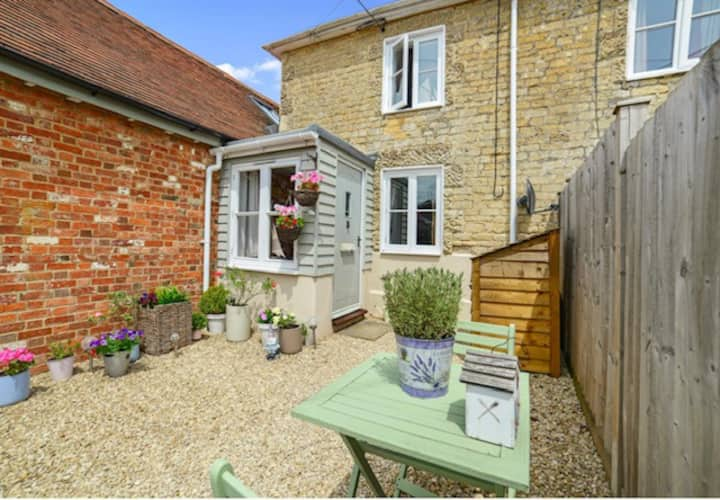 Charming cosy stone cottage in North Dorset
