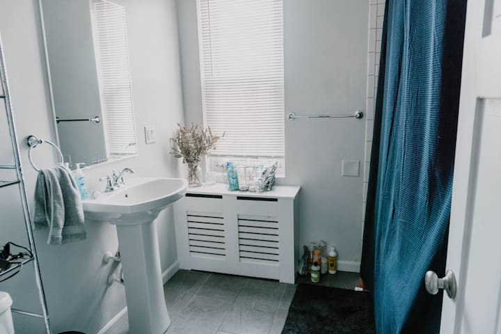 Full Bathroom w/ tub
