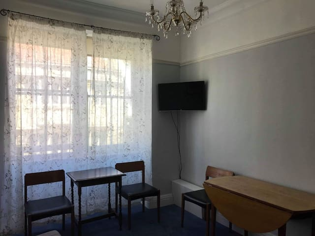 2 bedroom apartment on the High Street