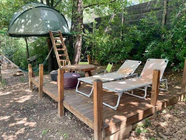 Tente trampoline  suspendue dans les arbres.