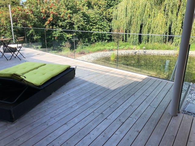 Neues Zimmer mit Terrasse in idyllischem Garten