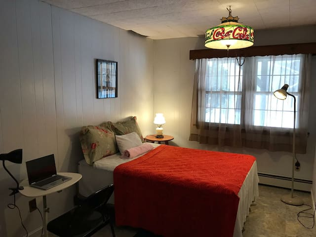 Quiet and charming bedroom near Uconn (Orange Rm)