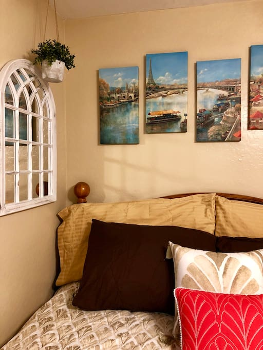 Art. Queen bed, Air conditioning, Ceiling fan