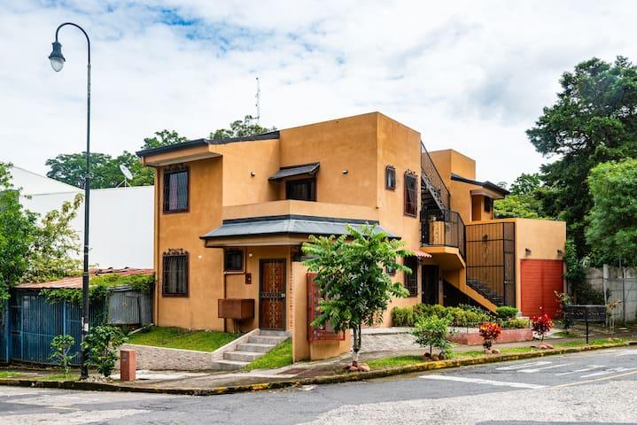 Historic Barrio Amon, bright with private balcony
