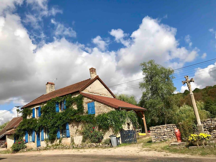 la Maison Bleue sous un beau ciel Bourguignon!
