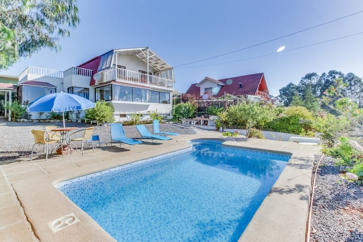 Charming dog-friendly house with private pool & grilling area, quiet location