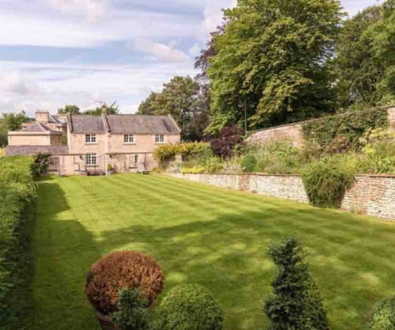 Sleeps 10, Hall Cottage, Bath, tennis court