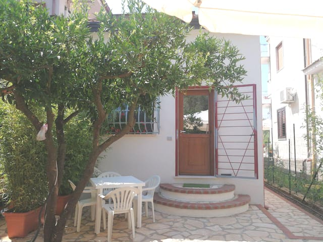 Bilocale in villa con giardino e vicino al mare