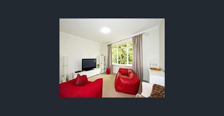 Bright, spacious quiet apt, garden & rooftop views