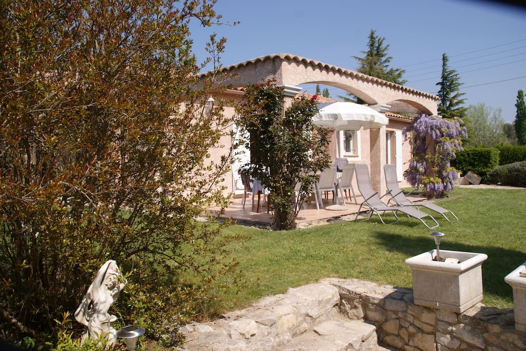 Belles villas pour 12 jardin piscine chauff e villas for rent in vaison la romaine for Jardin romain