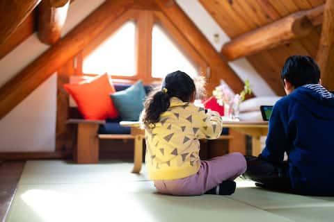 【河津ログハウス】 旅感を満たす温泉付き一軒家。 天窓のある開放的なリビングで山小屋気分♪