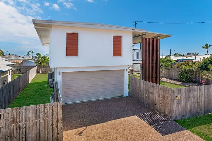3 BEDROOM NBN 2 MINS FROM AIRPORT SELF CHECK IN!