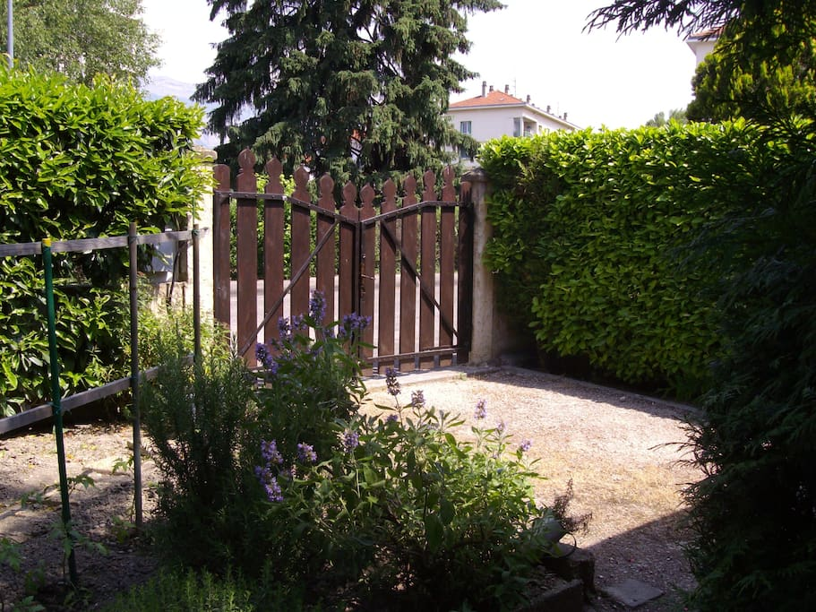 Studio to rent in a garden Grenoble - Bungalows for Rent in Grenoble ...