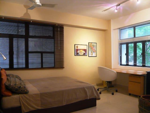 明亮的单间公寓,在商务中心