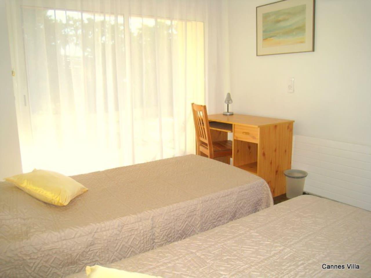 chambre rez-de-chaussée, accès privatif, wifi gratuit, 2 grands lits (200cmx90cm)