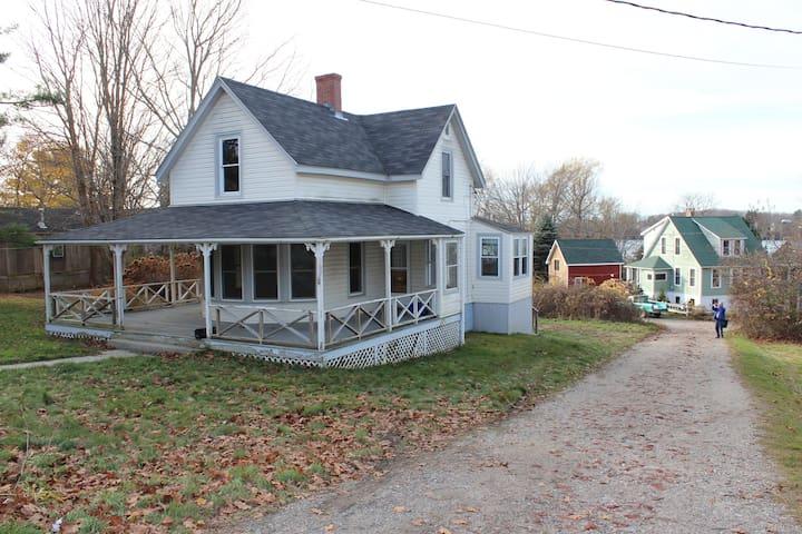 Close to beach, sweet porch, 2 baths, ideal family