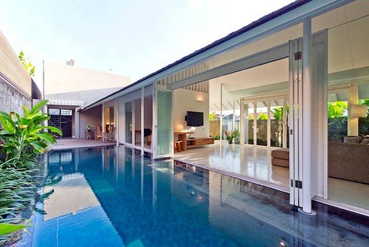 Villa White · 10' walk to beach/shops, modern,AC in living room!