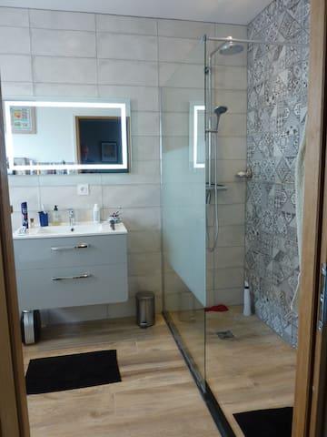 La salle de bain de la chambre principale