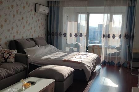 「万达仙踪民宿」蓝色温馨大床房,超软双层乳胶床垫乳胶沙发,密码锁洗衣机,城市景观房长租V多多优惠