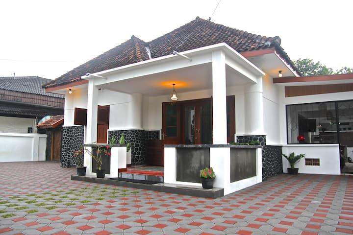 Ndalem Surokarsan - all 4 rooms for 8 pax