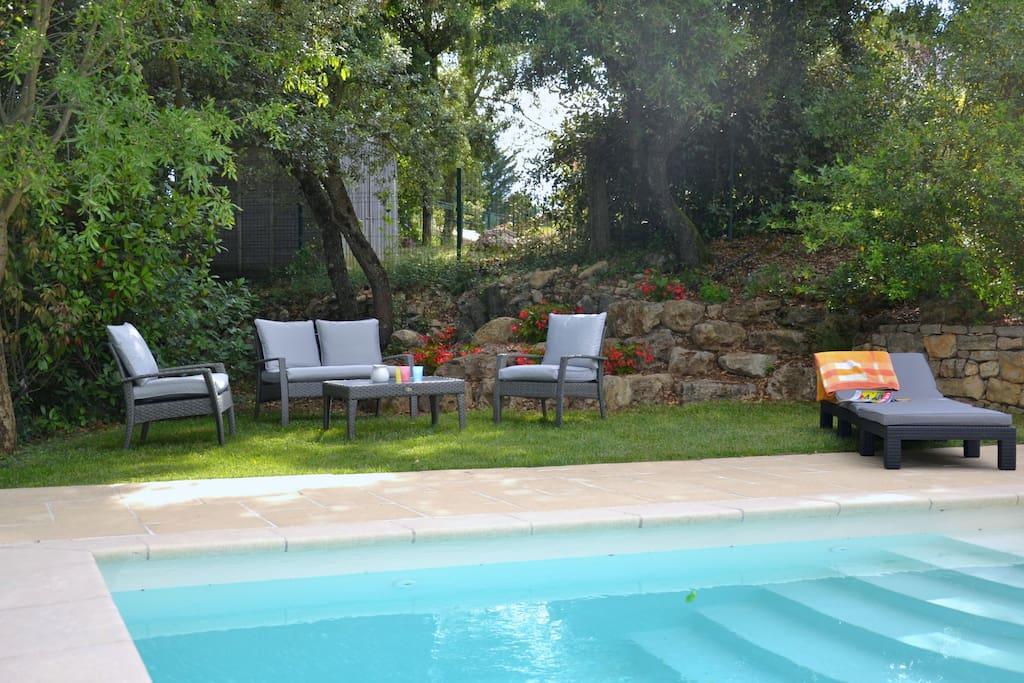 Agréable terrasse ombragée près de la piscine