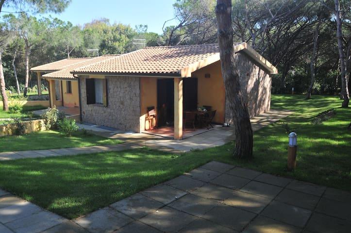 VILLETTA a 150mt dal MARE E pineta - Valledoria - บ้าน