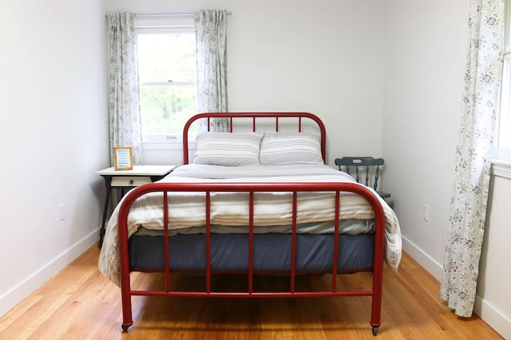 Fox Hill Guest Bedroom - Amherst - Ev