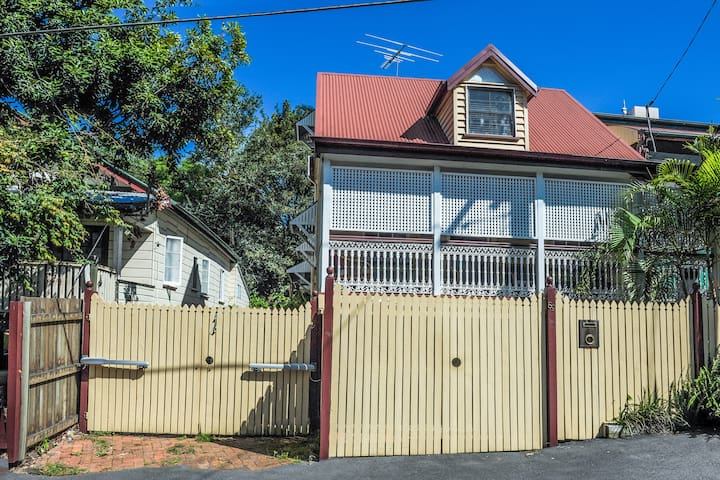 Great House in the City Centre 1 - Spring Hill - House