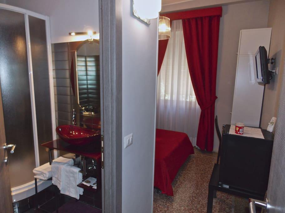 Single room #1 bathroom / Bagno singola #1