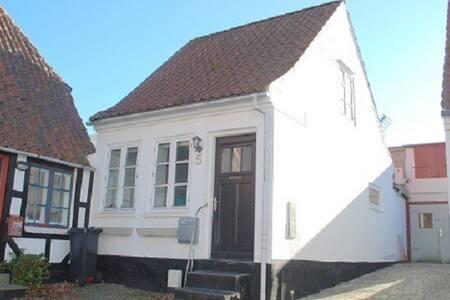 Romantisk Byhus i hjertet af Sønderborg   4 pers. - Sønderborg - Complexo de Casas