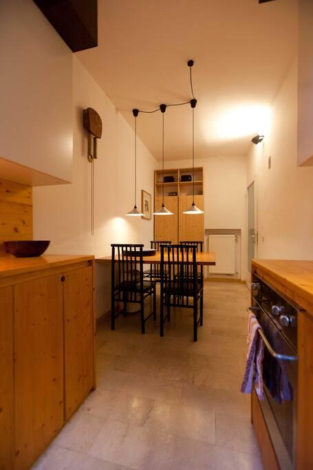 Controcampo della cucina con tavolo da pranzo