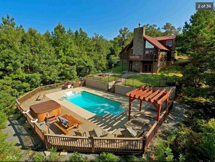 Relaxing Retreat: Pool, Hot Tub, Billiards +View!