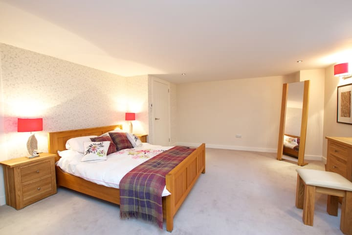 Courtyard setting near Airport-1 - Edinburgh - Daire