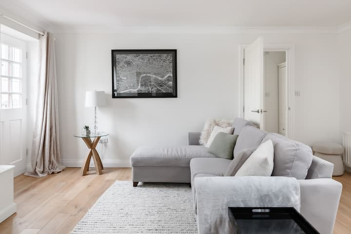 Chic Mews Flat with Parking in Central Cheltenham