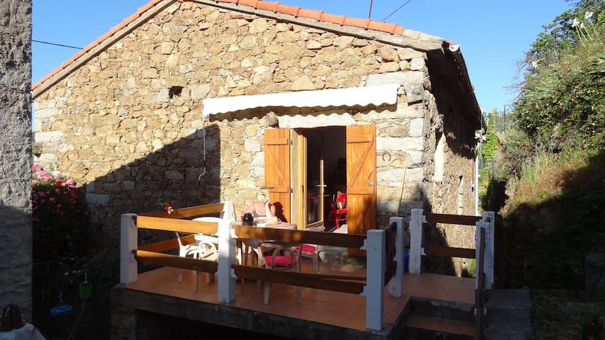 Belle maison en pierre avec terrasse/jardin, Evisa