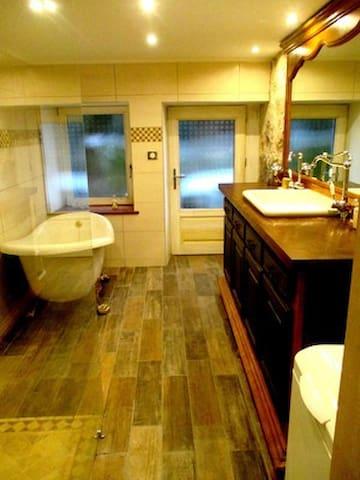 Salle de bain partagée (douche à l'italienne + baignoire) / bathroom (italian shower + bathtub)