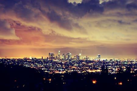 HOLLYWOOD HILLS SKYLINE VIEW STUDIO - Los Angeles - Apartment