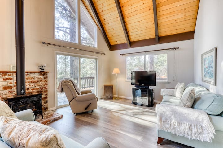 Dog-friendly cheerful Blue Lake Springs chalet w/large deck & shared amenities!
